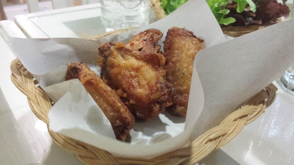 Har allerede fået chicken wings på tre forskellige restauranter, og de var alle intet mindre end fantastiske: perfekt marinerede, supersprøde og saftigt kød. Mums.