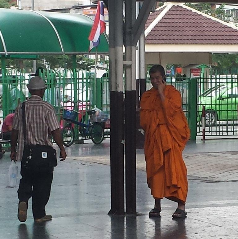 Banegård i Bangkok med munk (beskåret)