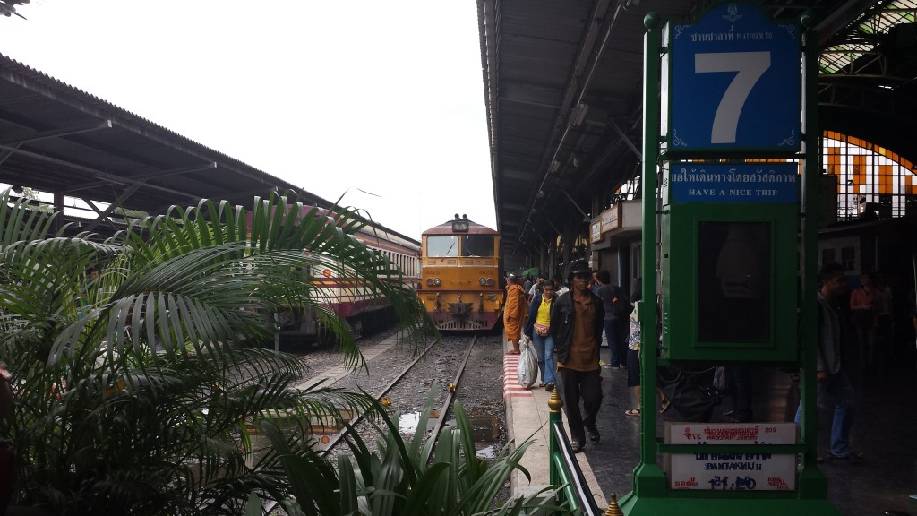 Banegård i Bangkok med vores tog
