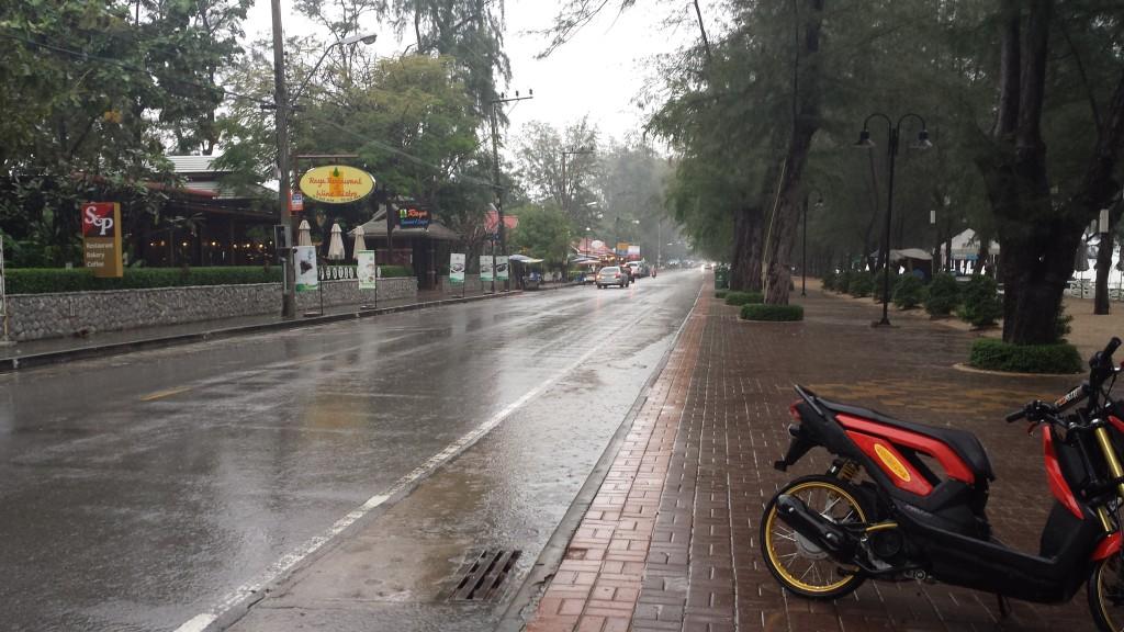 Raya Resort til venstre, stranden til højre, regnvejr over det hele.