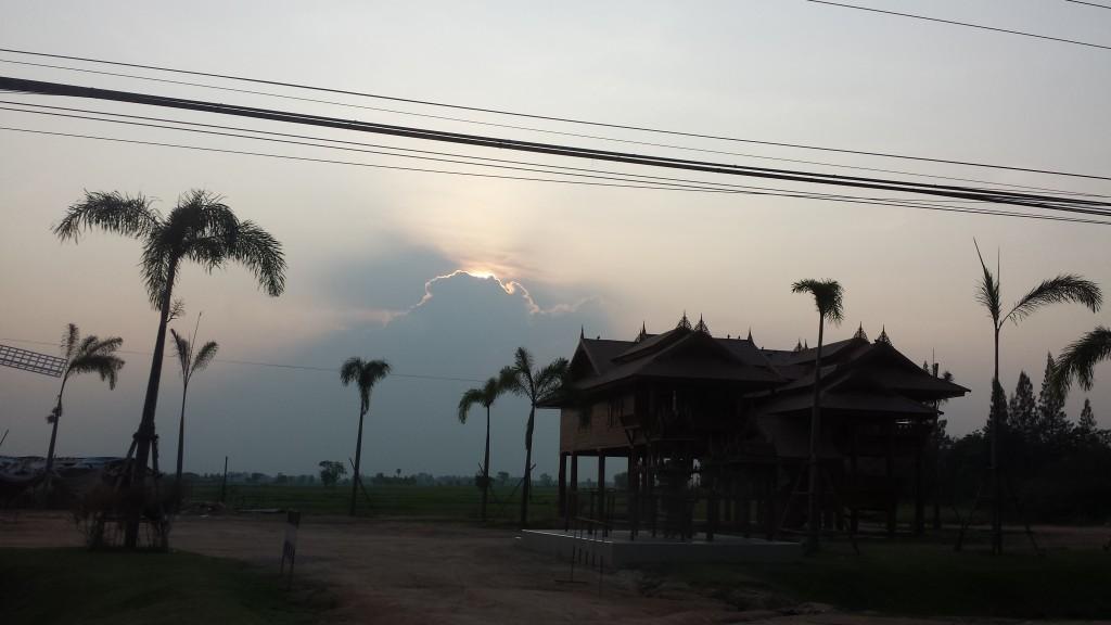 Sol bag skyer udsigt fra bil2