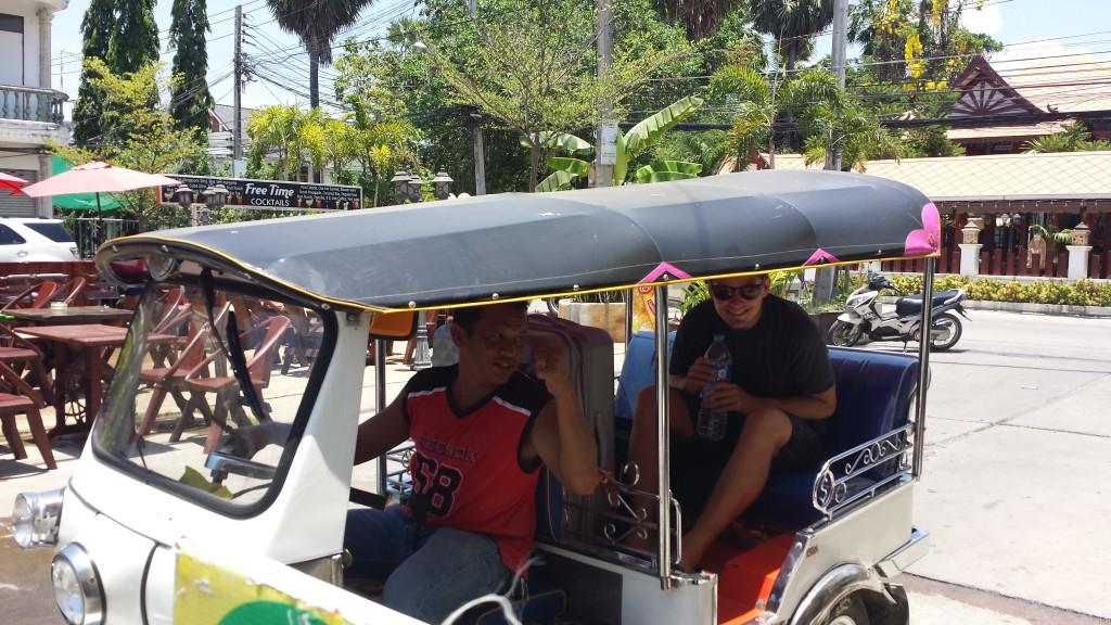 Thomas og Sun i tuktuk