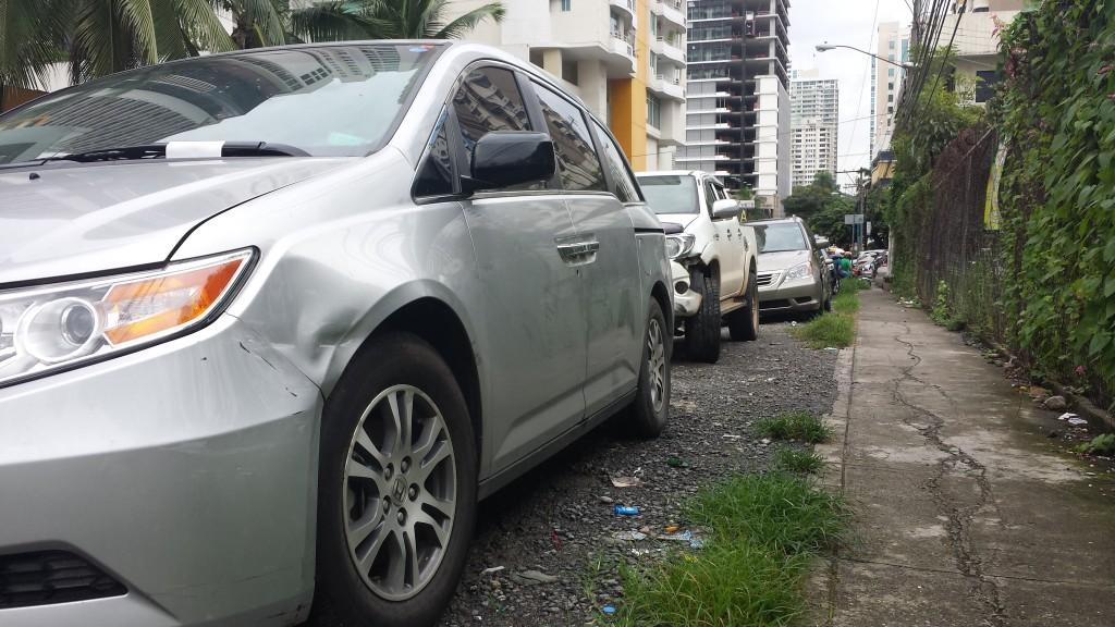 Parkerede biler med buler