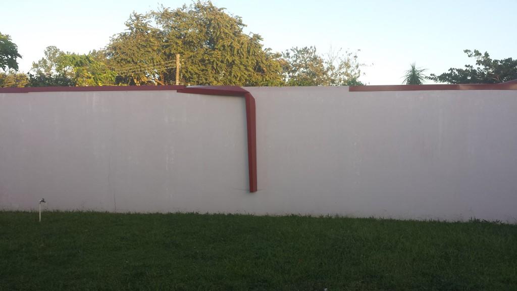 Metal blaest ned fra mur