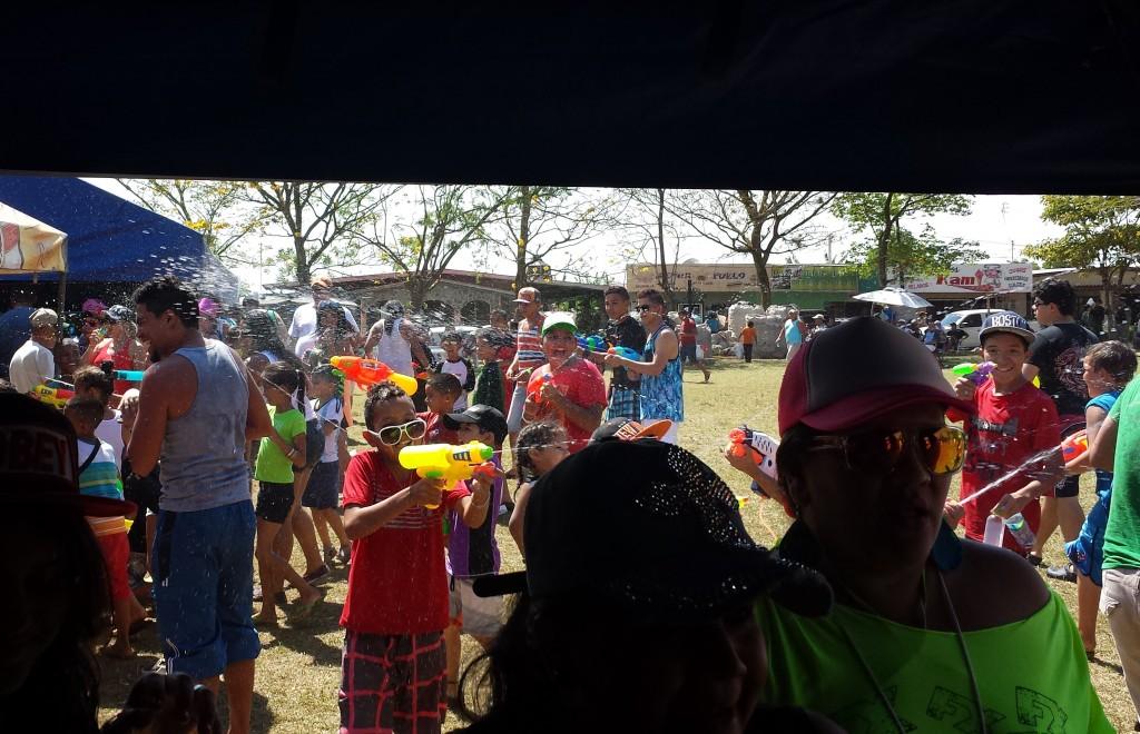 Karneval i Dolega boern overfalder set fra telt8 (beskaaret)