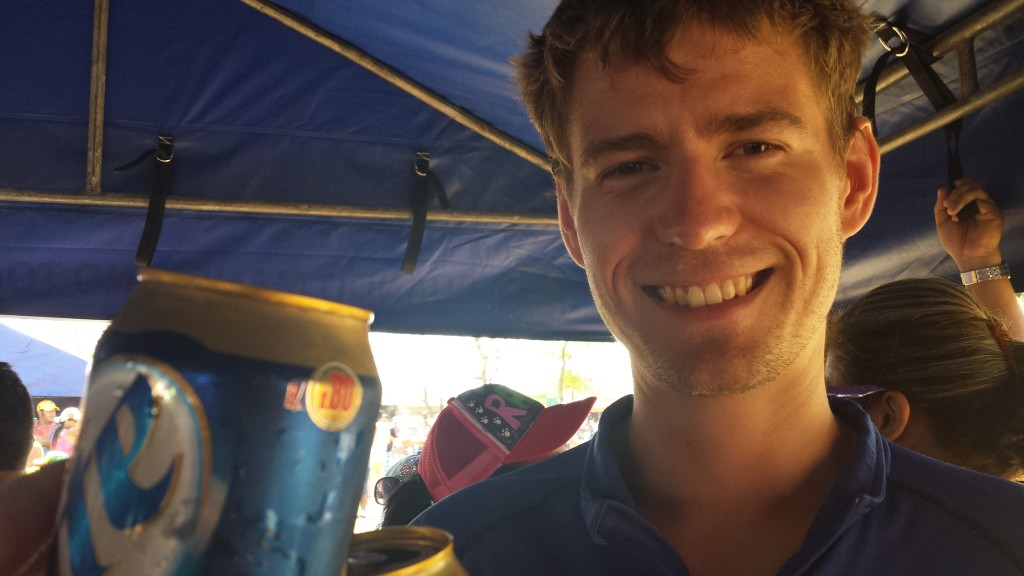Karneval i Dolega9 Thomas skaaler i telt