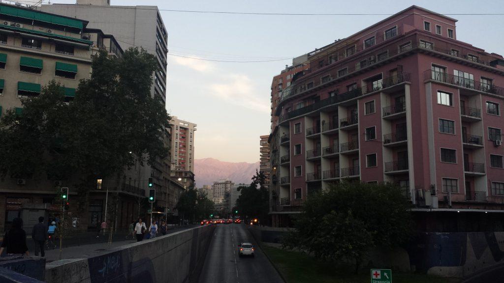 Gade med bjerge forenden